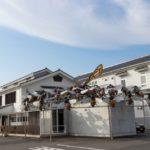 山田養蜂場本社の巨大ミツバチスズメバチフィギュア設置理由意味は?